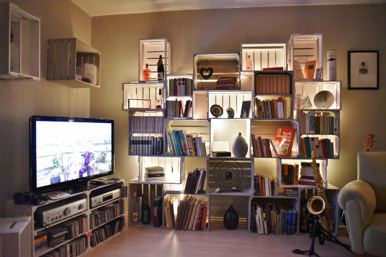 wundersch ne wohnzimmereinrichtung mit vielen verschieden obstkisten kistenkolli altes land. Black Bedroom Furniture Sets. Home Design Ideas
